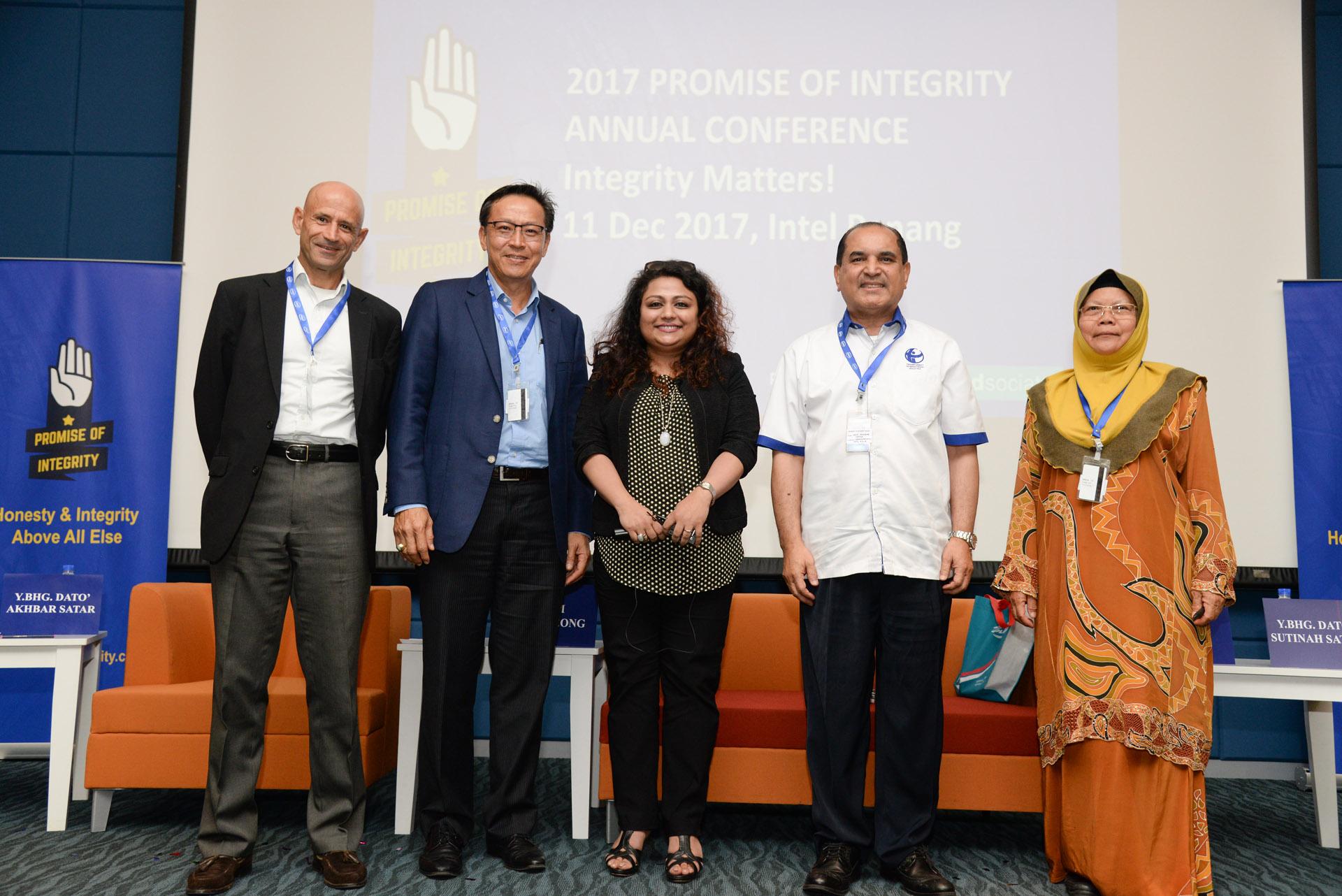 Panel Members (L to R) : Sam Haggag, Lim Bee Leong, Mekhla Basu, Y.Bhg Dato Akhbar Satar, Y.Bhg Dato' Sutinah Sutan